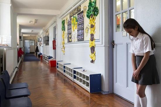 Fetita ce nu ar vrea sa intre in clasa
