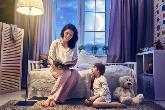 Mama ii citeste fiicei inainte de culcare