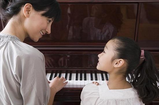 Mama si fiica la pian