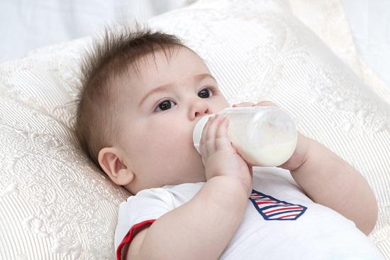Bebelusii care sunt hraniti cu lapte praf pentru bebelusi pot avea oase mai puternice