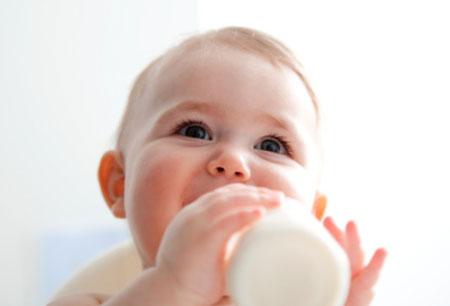 Bebelusii hraniti cu lapte praf pentru bebelusi pot fi mai fericiti