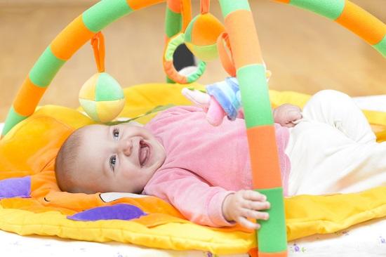 Mister legat de bebelusi-De ce au miscari nesigure si sacadate?