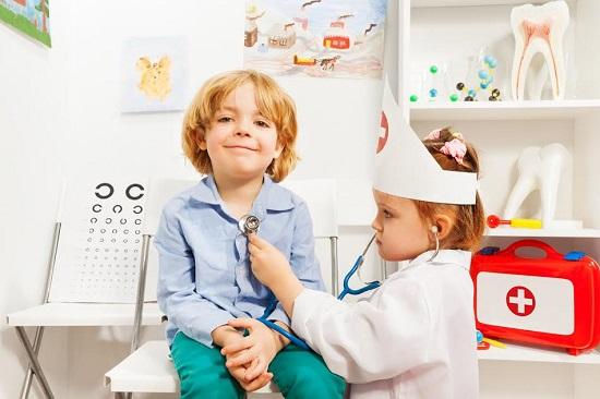 Copii ce se joaca de-a doctorul