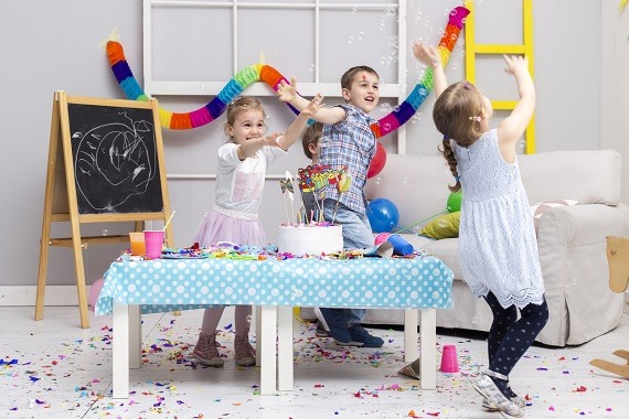 Copii se distreaza la o petrecere