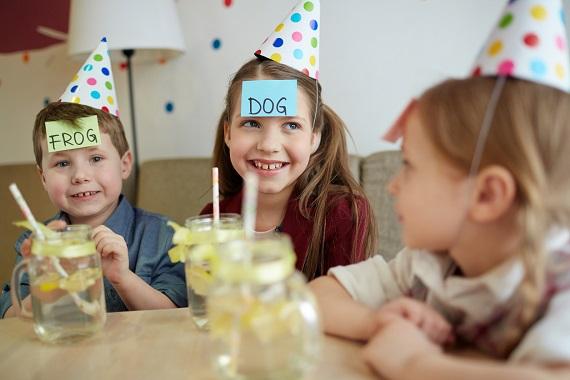 Copii cu coifuri, la o petrecere