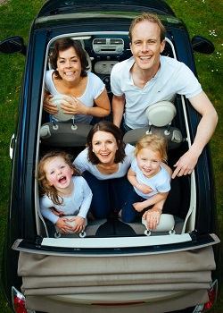 Familie fericita, in masina