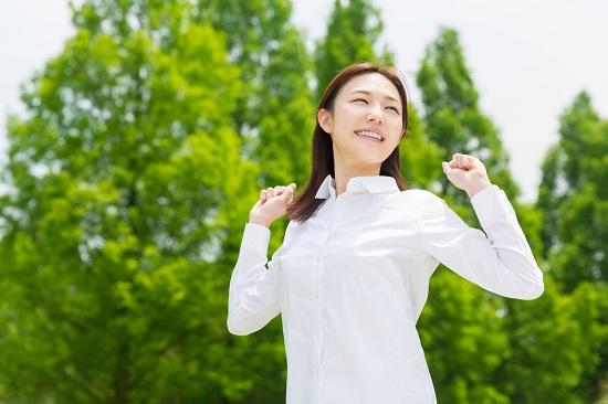 Femeie tanara ce se relaxeaza la o plimbare