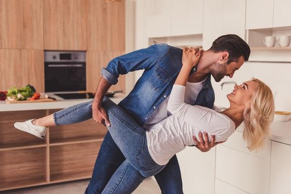 Cuplu ce danseaza in bucatarie