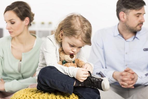 Fetita trista, in timp ce parintii ei sunt in conflict