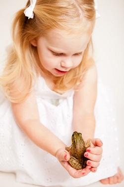 Fetita ce tine in mana o broasca