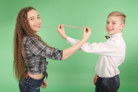 Copii ce se joaca cu guma de mestecat