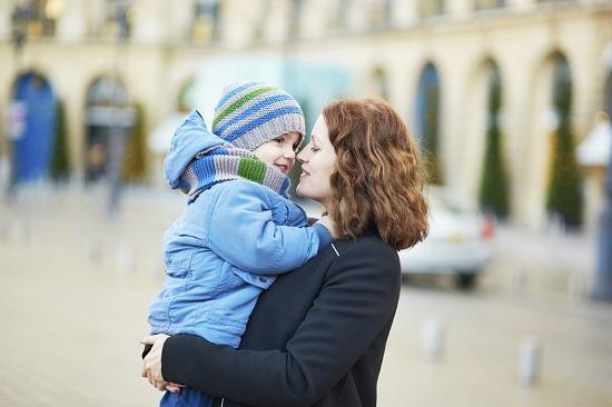 Copilul simte nevoia sa fie alintat de mama