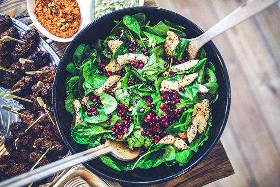 Salata cu spanac, carne de pui si rodie
