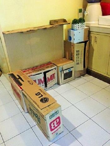 Cutii de carton din care se va confectiona o bucatarie