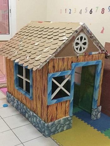 Montarea tiglei pe acoperisul casutei de carton
