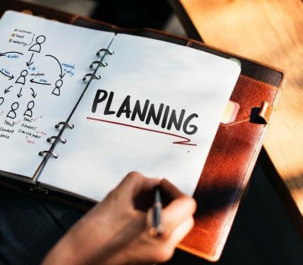 Femeie ce isi noteaza in agenda planurile