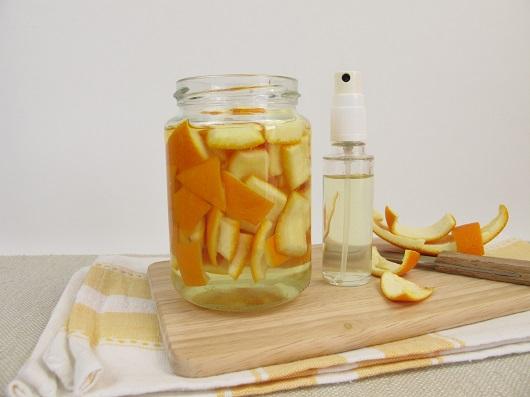 Borcan cu coji de portocale si recipient tip spray