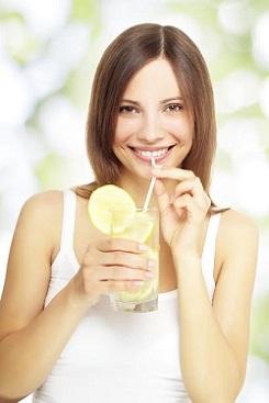 Femeie ce vrea sa bea apa cu lamaie