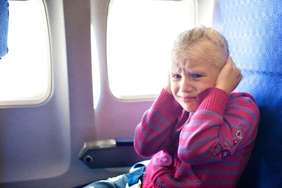 Fetita ce sufera din cauza urechilor infundate, in avion