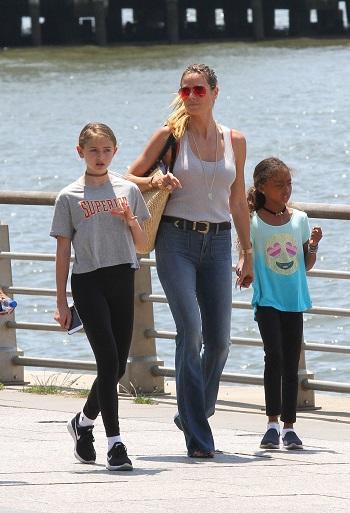 Mama se plimba cu fetitele ei