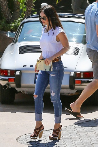 Fata ce poarta jeansi rupti