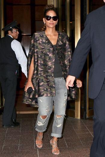 Femeie purtand jeansi cu aspect uzat