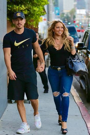 Mariah Carrey prin oras, purtand niste blugi skinny rupti in zona genunchilor