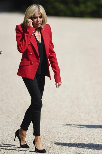 Brigitte Macron vorbind la telefon