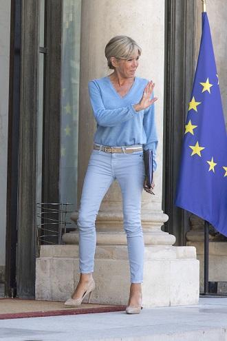 Brigitte Macron in tinuta bleu
