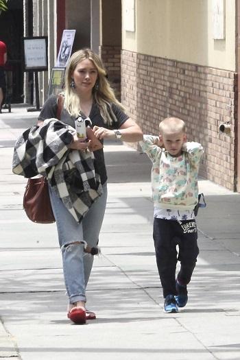 Mama in blugi, la plimbare cu baietelul ei