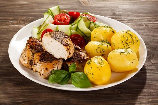 Cartofi fierti cu legume si carne de pasare