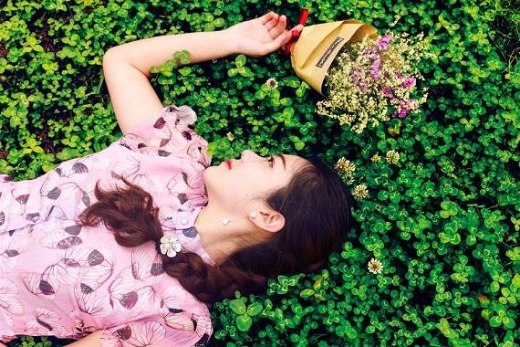 Fata ce sta intinsa in iarba