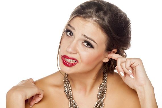 Femeie ce se scarpina la o ureche