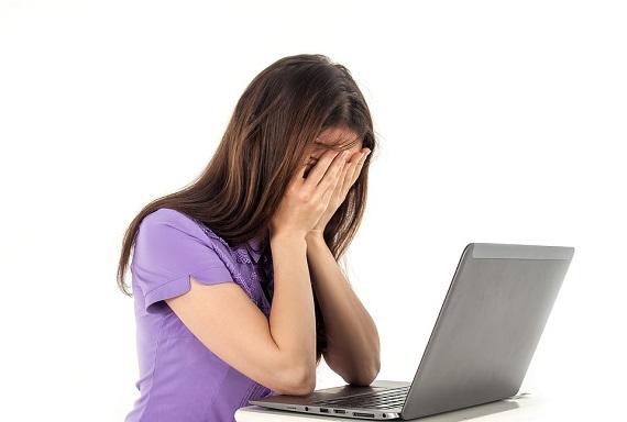 Fata ce lucreaza la calculator si se simte epuizata