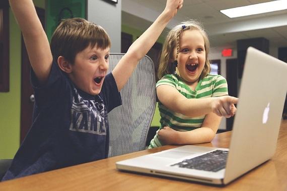 Copii bucurosi cand stau la calculator