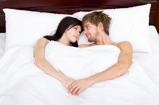 Cuplu in pat, uitandu-se unul la celalalt