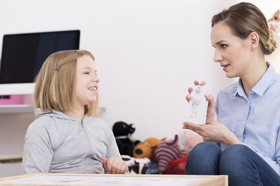 Mama ce ii arata fiicei ei niste flash-carduri