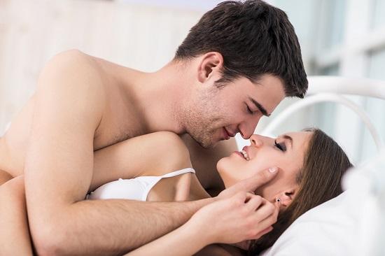 Cuplu de indragostiti, in pat