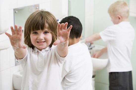 Copil ce arata ca s-a spalat pe maini