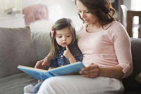 Mama si fetita se uita pe o carte