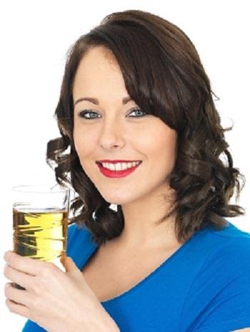 Fata ce tine in mana un pahar cu suc