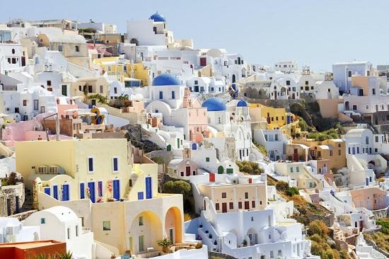 Oia, un orasel de basm din Santorini, Grecia