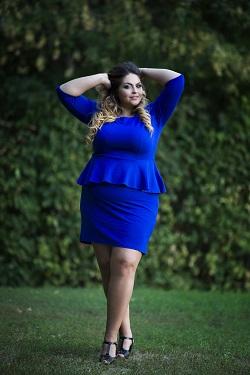 Femeie cu forme pline, imbracata intr-un deux-piece albastru