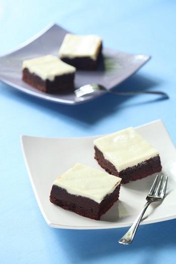 Brownies cu crema alba pe deasupra