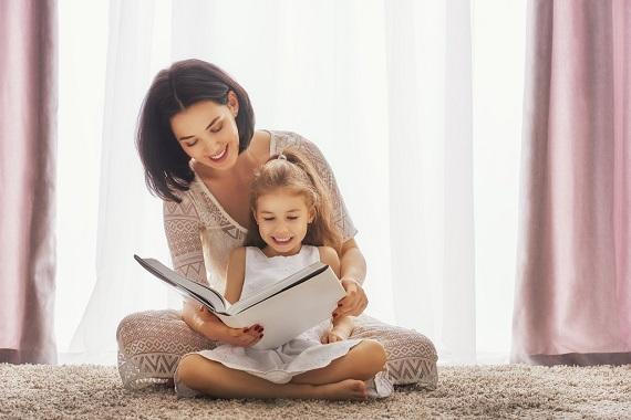 Mama ce se uita cu fiica ei intr-o carte