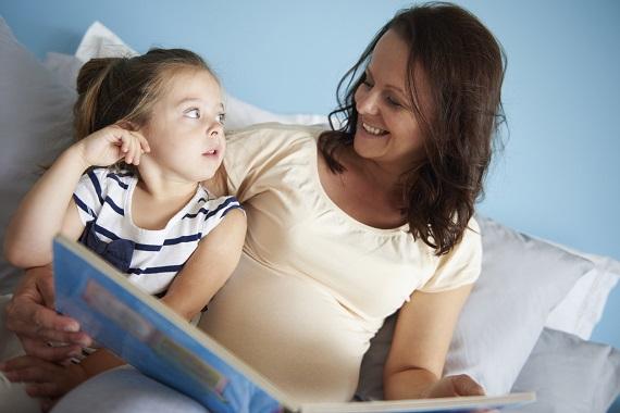 Mama si fiica ei se uita intr-o carte