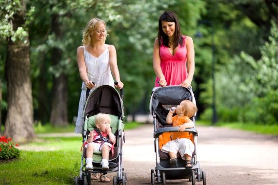 Mamici imbracate in rochii, ce isi plimba bebelusii