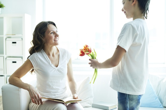 """Te iubesc, mama""- copilul iti ofera flori"