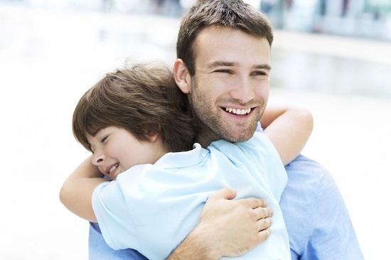 """Te iubesc, tata!""- copilul isi imbratiseaza tatal"