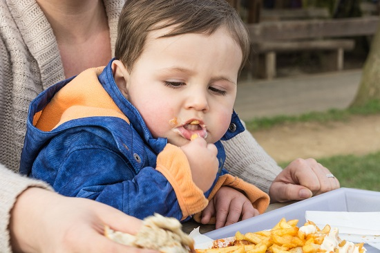 Bebelus ce mananca cartofi prajiti